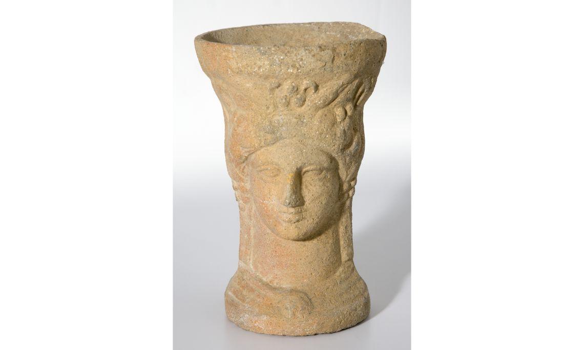Thymiaterion, s. III aC Terracota Procedent de la necròpolis del Turó dels Dos Pins, Cabrera de Mar Foto: Eusebi Escarpenter. Museu de Mataró