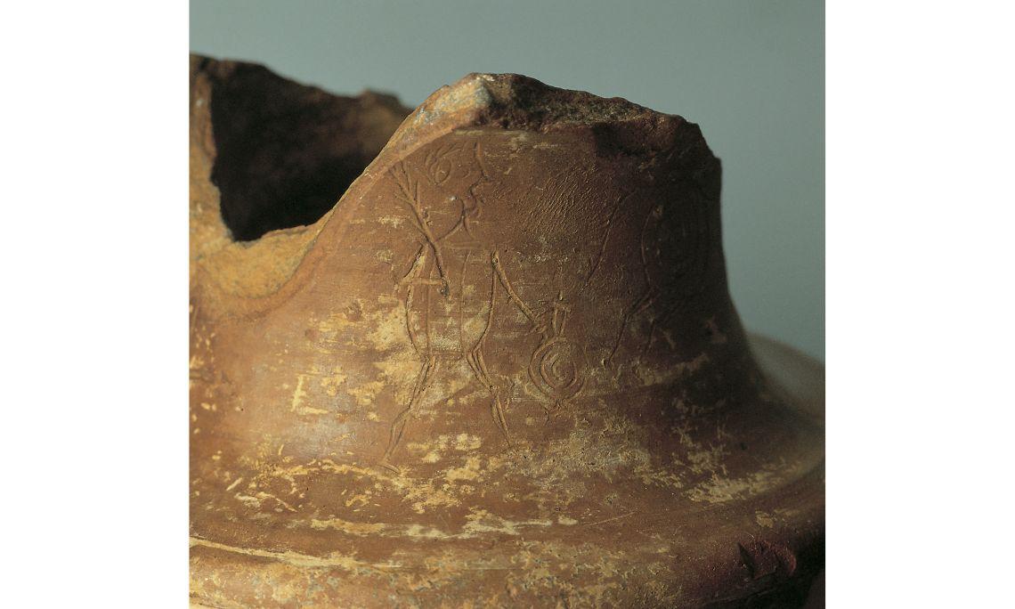 Detall de l'escena ritual sobre suport de ceràmica, s. I aC Terrissa Foto: Museu de Mataró