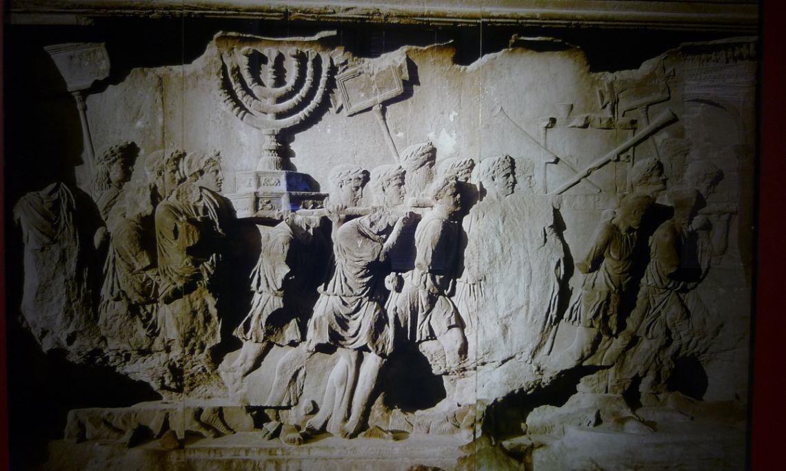 Arc de Titus, detall del panell interior. Segle I dC, Fòrum de Roma (Itàlia). Reproducció.