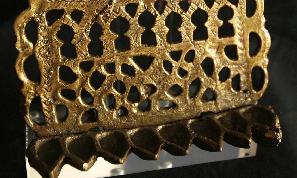 Llum de Hannukà. Metall. Segle XIX, Marroc (cessió d'Uriel Macías).