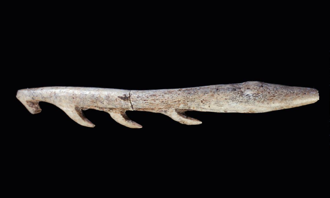 Harpoon,bone, La Bora Gran d'en Carreras (Serinyà, Pla de l'Estany), Upper Palaeolithic, 13,000-11,000 BC