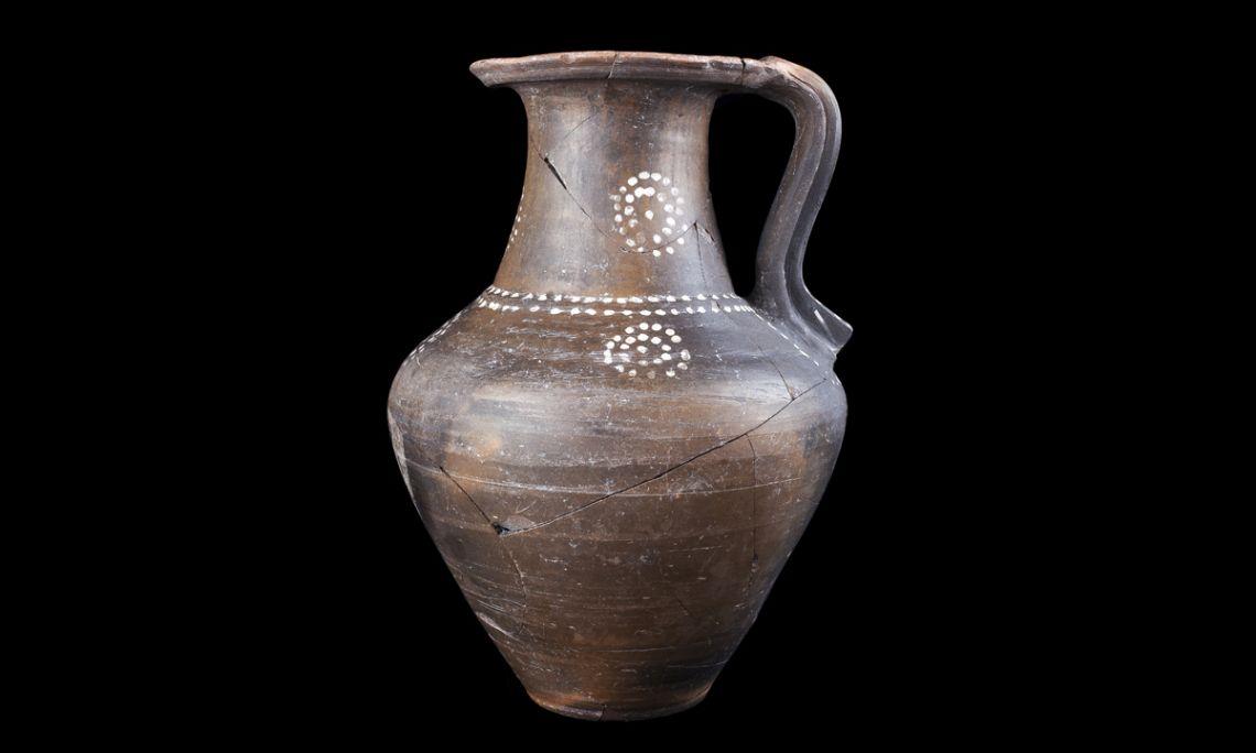 Jarra de cerámica íbera de pintura blanca, parque residencial de Vilacolum(Torroella de Fluvià, Alt Empordà), época ibérica, siglos V-IV a.C.