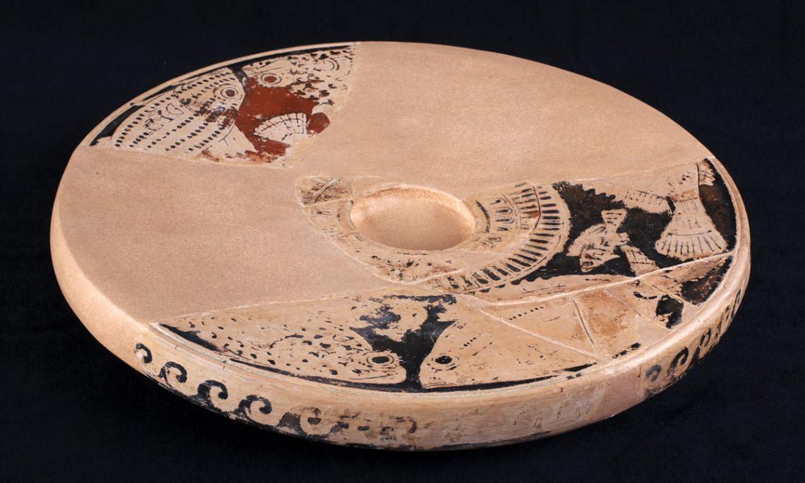 Plat à poisson, céramique attique à figures rouges, Mas Castellar (Pontós, Alt Empordà),èpoque ibère, fin du IVe av. J.-C.