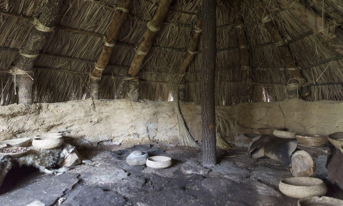 El graner neolític és un dels espais reconstruïts que es poden visitar (Harold Abellan)