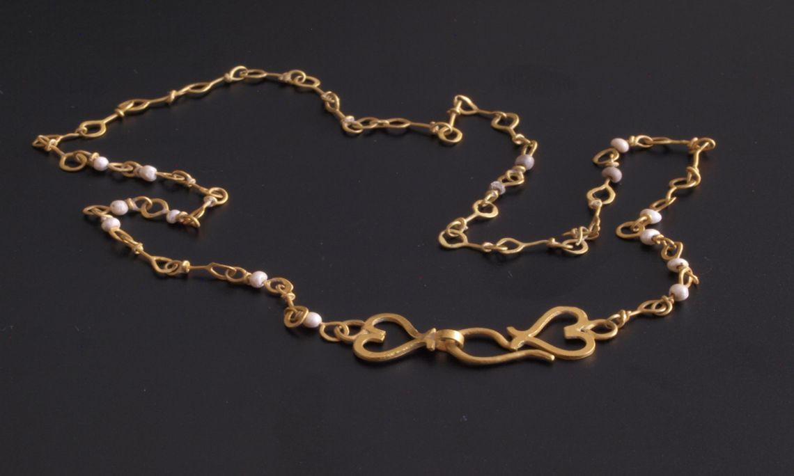 El collaret, fet d'or i perles de riu, és una de les peces més singulars de Vilauba (Jordi Banal)
