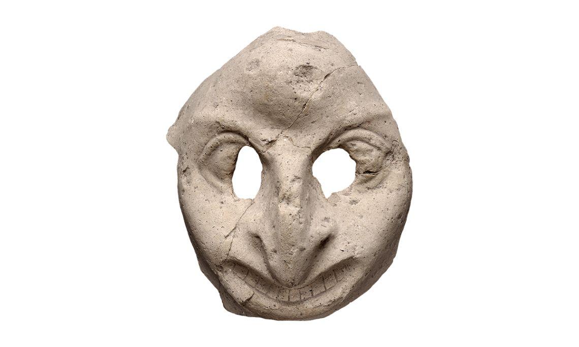 Masque de théâtre réalisé en terre-cuite qui représente un visage grotesque