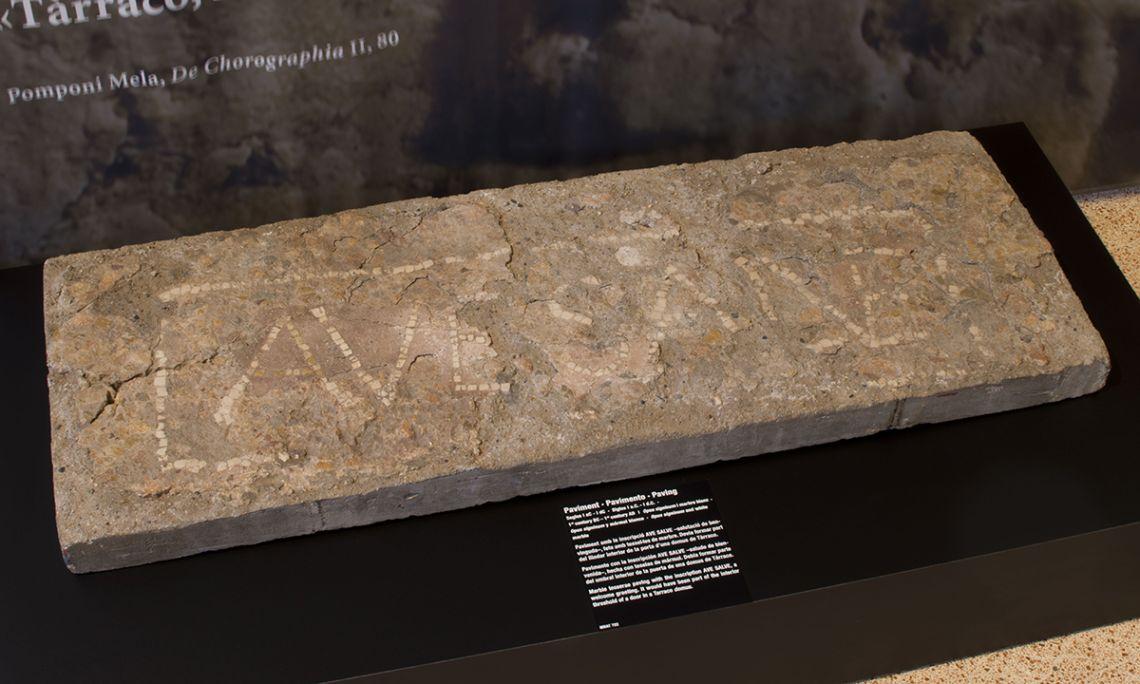 Pavement avec l'inscription AVE SALVE