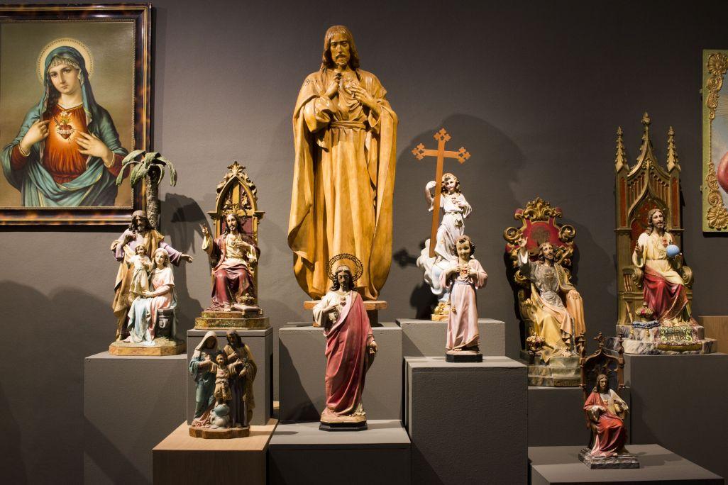 Conjunt d'imatges de Sagrats Cors realitzats en diversos tallers de la ciutat d'Olot (segle XIX i XX). Fotografia: Blai Farran.