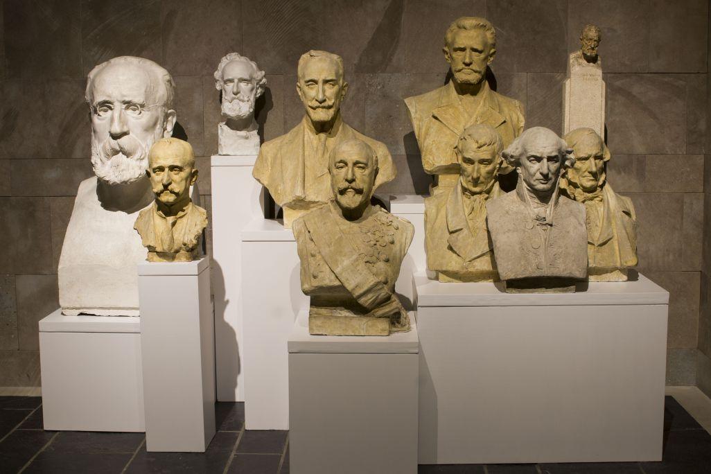 Photographie d'ensemble de têtes masculines. Musée de La Garrotxa