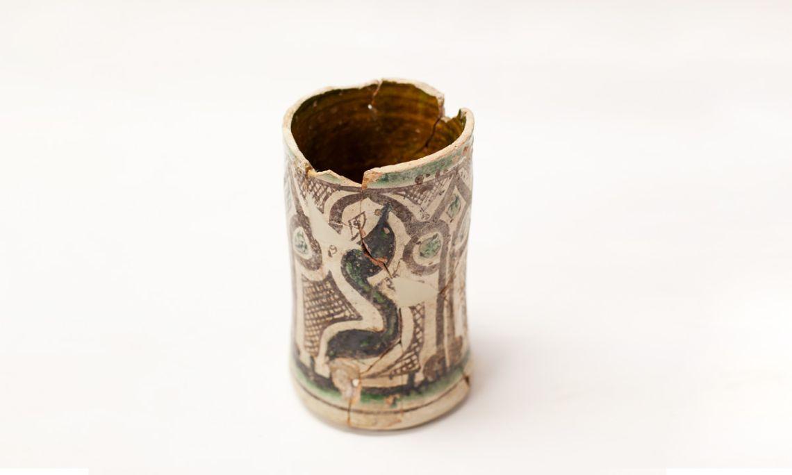 Número de registro: 252 Bote de boticario de cerámica esmaltada, siglo xiv