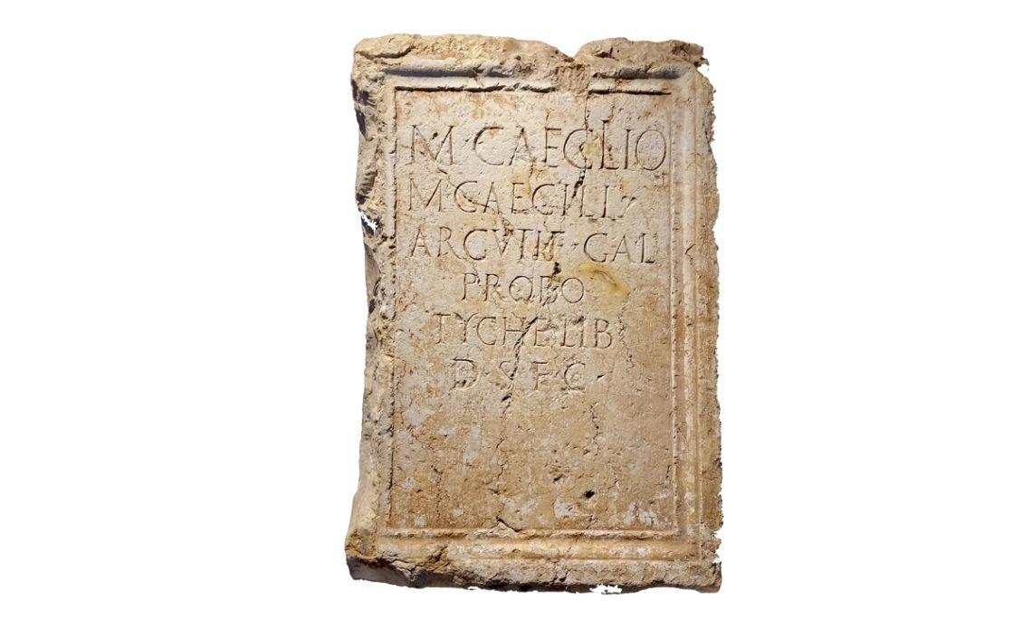 Pedestal honorífic que la lliberta Tyche dedica al seu antic amo, Marc Cecili Probus (segles I-II dC)