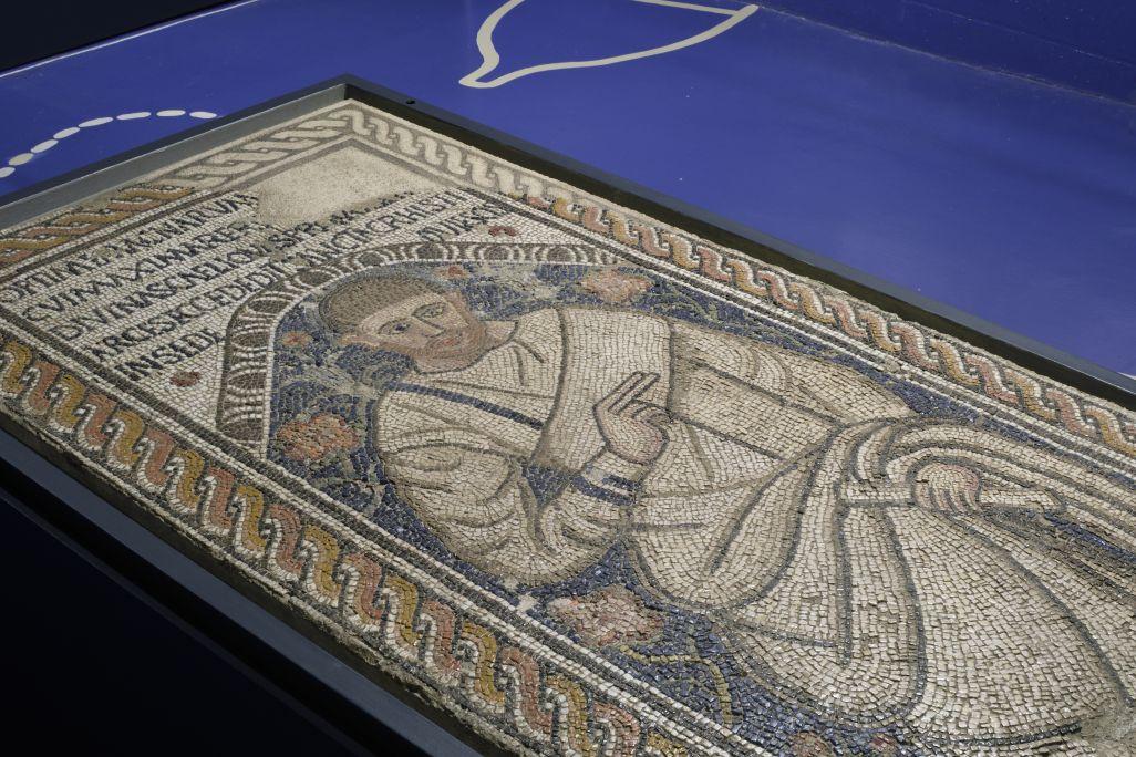 Mosaic featuring Òptim, 4th-5th centuries AD, limestone, marble and pasta vitream,opus tessellatum,162 × 83cm.