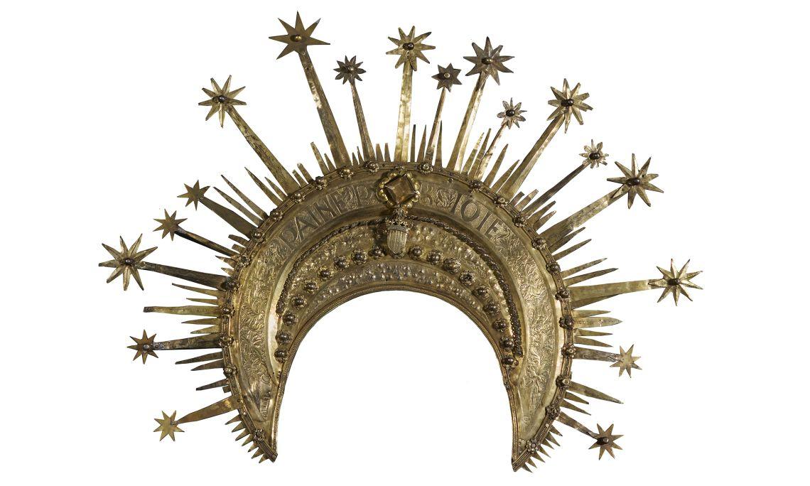 Corona del conestable de Portugal, Pere Àngel, 1465. Argent sobre daurat, amb detalls repussats, cisellats, burinats i elements de fosa, 49,3 x 64 x 2,5 cm. Castelló d'Empúries. Museu d'Art de Girona - Fons B