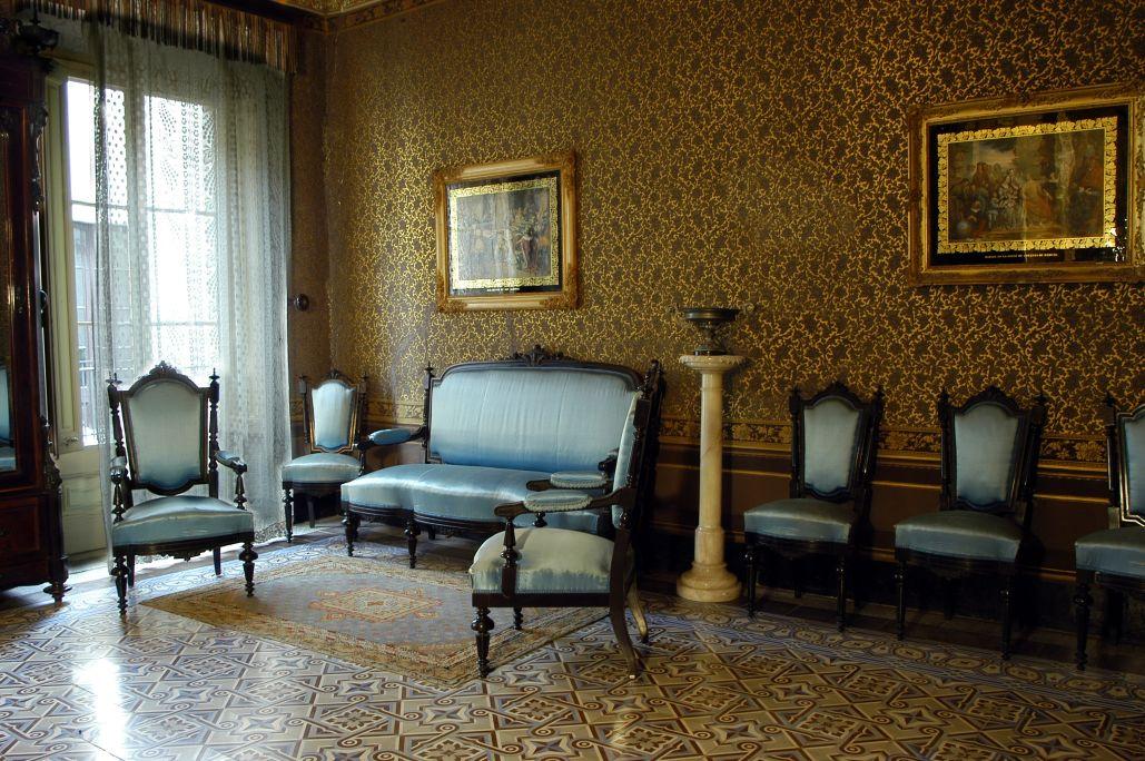 El Saló blau és un dels espais més luxosos de la casa i on trobem el mobiliari i la decoració més rica. MCC. Foto: Jordi Balcells.