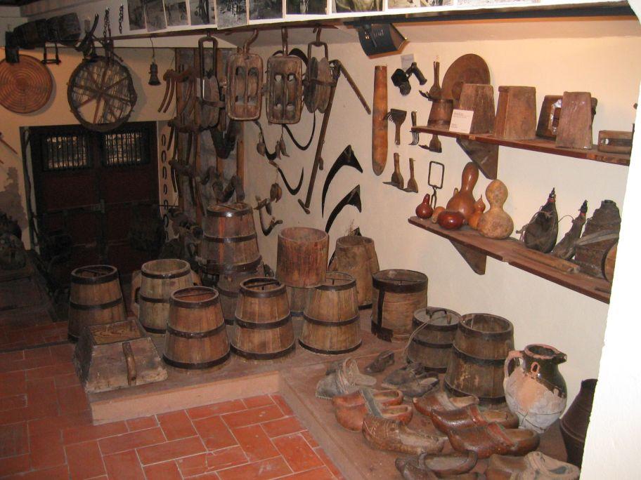 Un des espacis deth Museu del Blat i la Pagesia a on s'expausen diferentes airines de pagés.