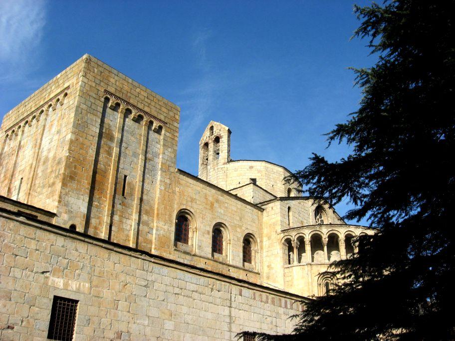 Catedral de Santa Maria, d'estil romànic, segle XII. Declarada monument historicoartístic el 1931.