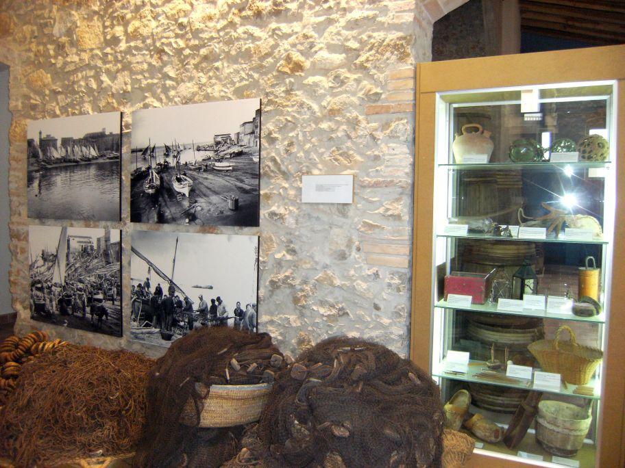 Fotos antigues de la sortida i de l'arribada dels llaguts de sardinals amb objectes de l'època.
