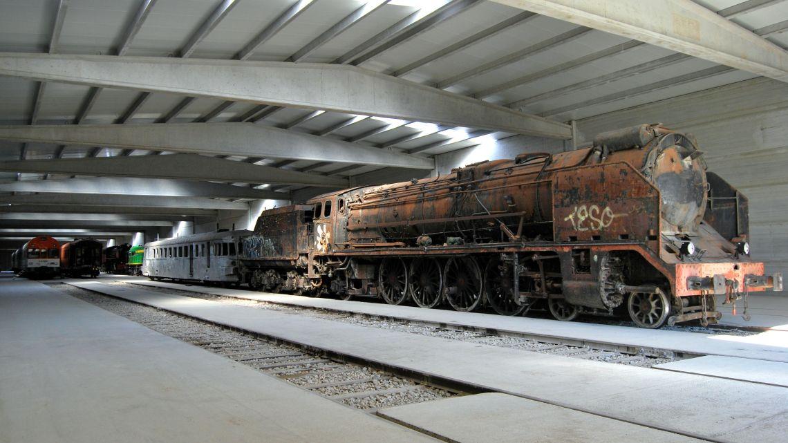La cotxera, amb més de 3.500 m2, és un dels equipaments ferroviaris més grans en el seu gènere.