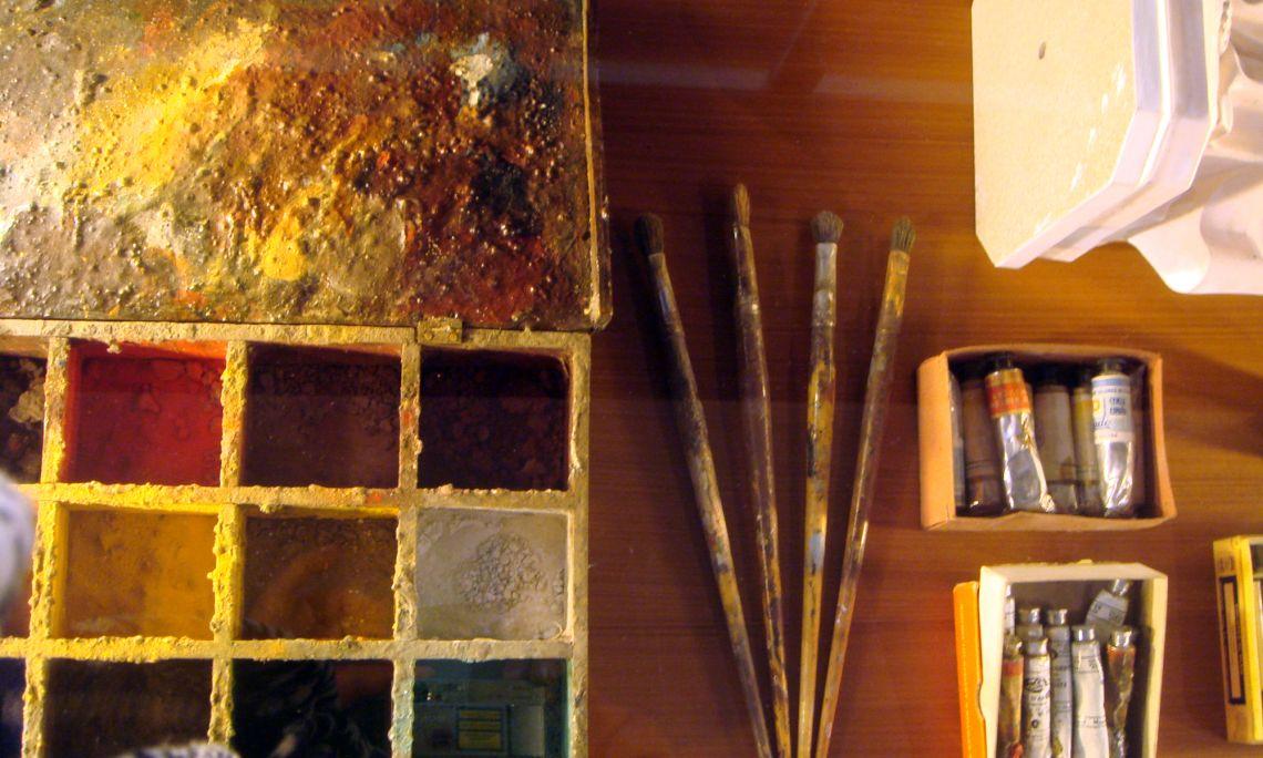 Pigments naturals, pinzells i oli, els elements més utilitzats per a la decoració de les peces.