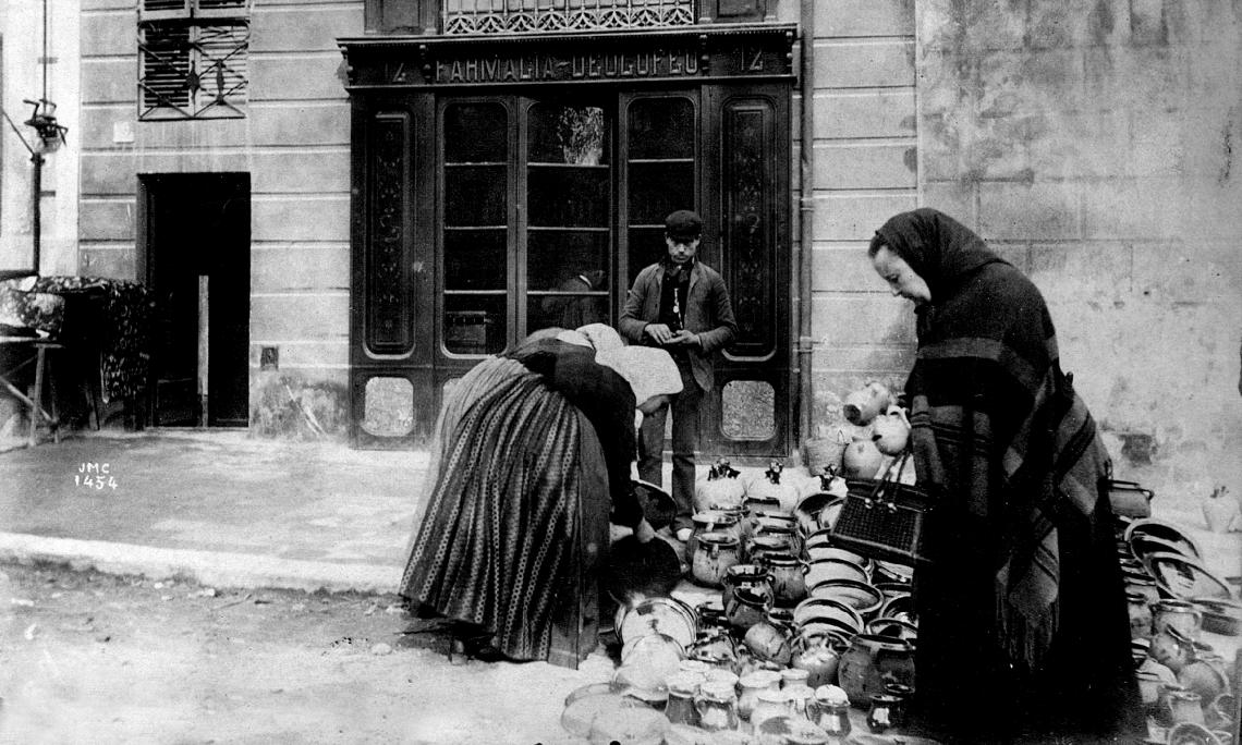 Puesto de alfarería, la Rambla, Figueres, 1888-1889. Autor: Josep Maria Cañellas. Álbum Rubaudonadeu – Biblioteca Fages de Climent.