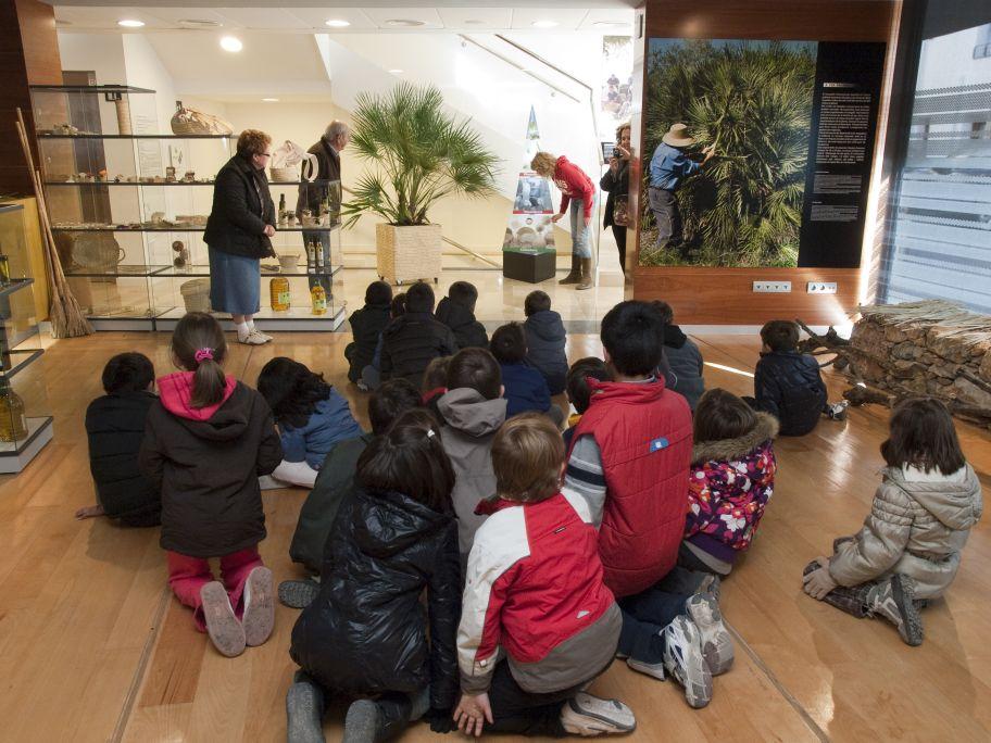 School group. Photo: Joan Maria Ventura. La Pauma Museum Collection.
