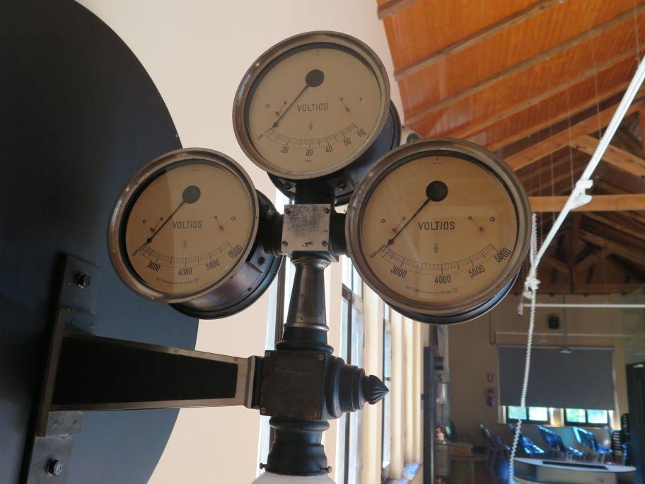 Voltimètres Siemens de Capdella. Aguest aparelh proven deth quadre de comandament dera centrau.