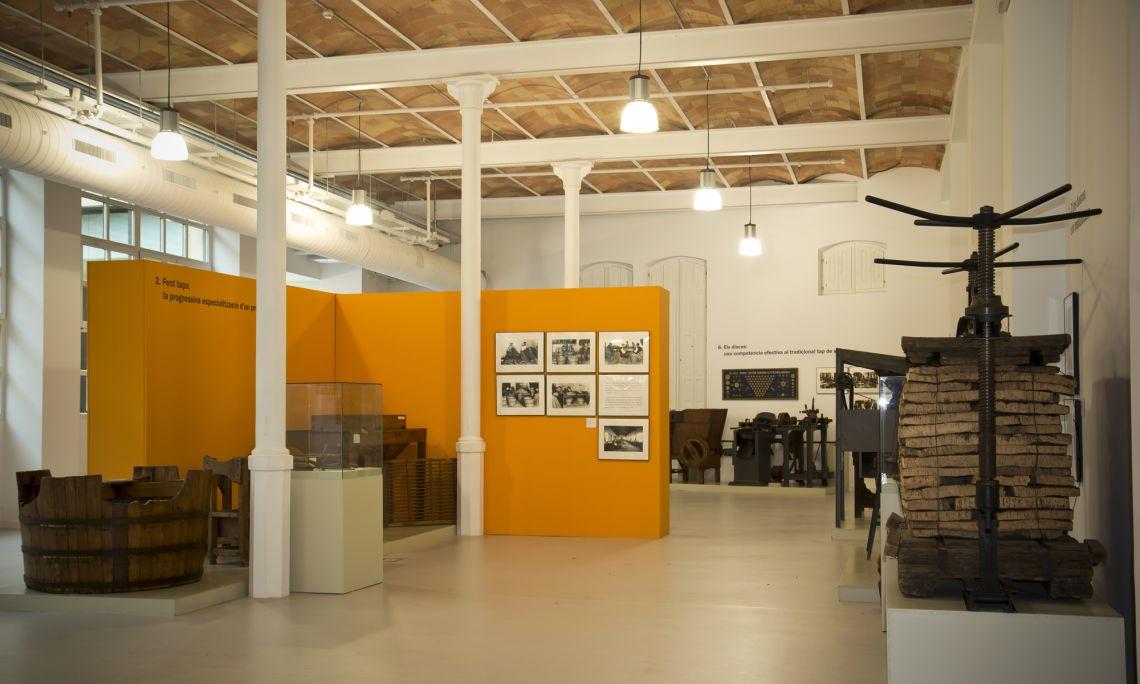 Espai d'exposició permanent. Procés artesanal de fabricació de taps. Arxiu d'Imatges del Museu del Suro de Palafrugell.