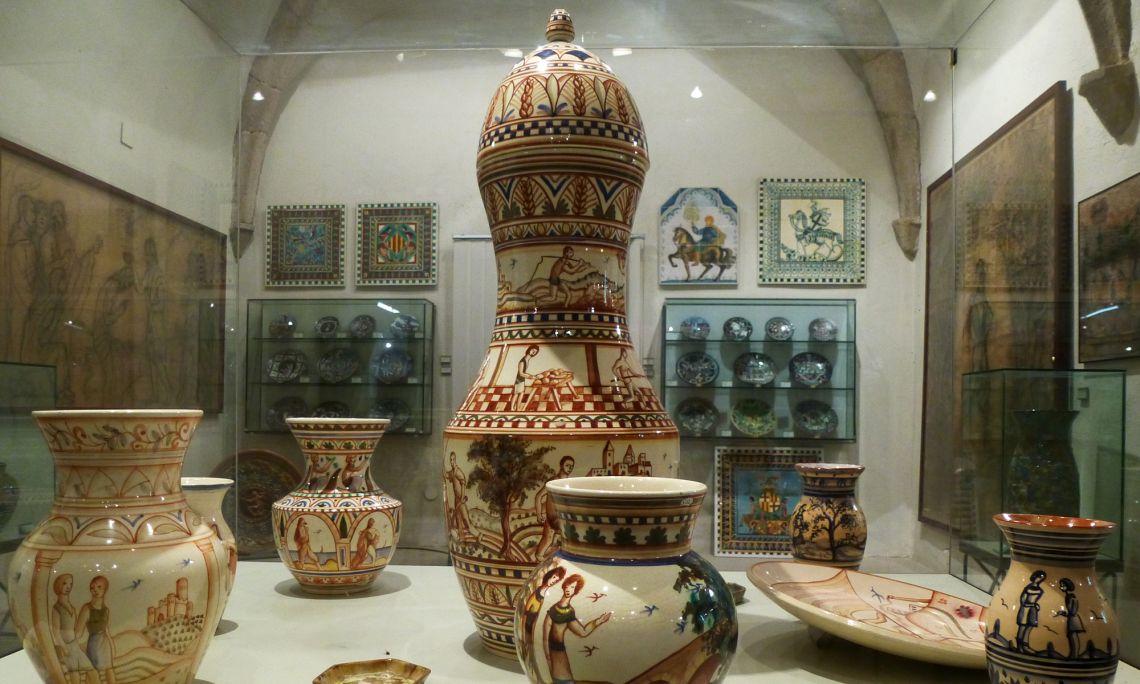 El museu exposa una acurada selecció de ceràmica decorativa, plats, gerros, rajoles i objectes de tota mena que Aragay va elevar a la màxima categoria artística.