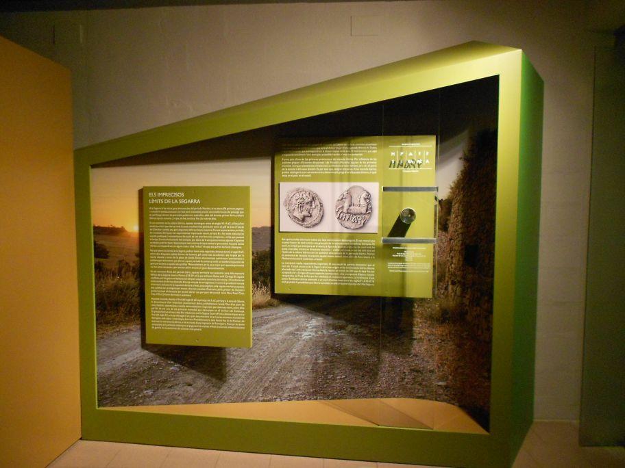 Vista de l'exposició de referència Els imprecisos límits de la Segarra. Foto: MCC.
