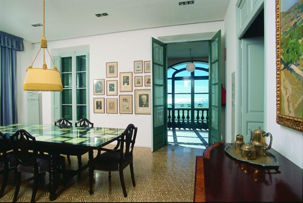 Aquest era el menjador familiar de la casa. En aquest espai és on Pau Casals solia gaudir dels dinars amb els amics i la família i de les sobretaules. Cal destacar el quadre de Joaquim Mir Calafell,i part de la col·lecci&a