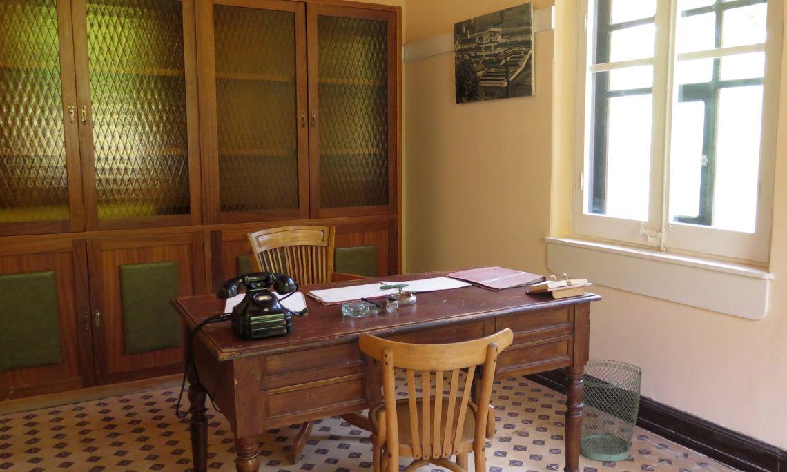 Despatx del director. S'hi conserva el mobiliari original i els quadres amb fotos de les centrals.
