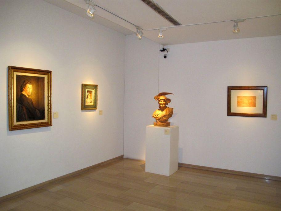 Vista general d'un racó de la sala amb una escultura d'Agapit Vallmitjana