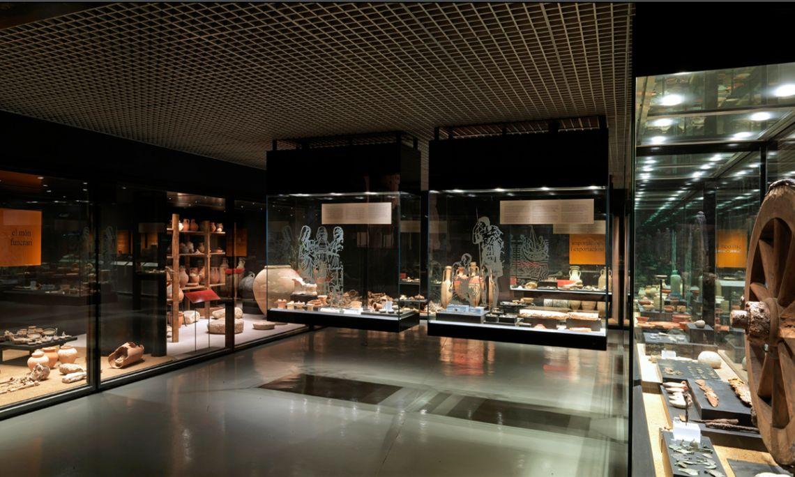 Ensemble de vitrines de l'exposition permanente du musée où sont exposés les objets archéologiques récupérés à Badalona. Photo d'Antonio Guillén, Musée de Badalona.