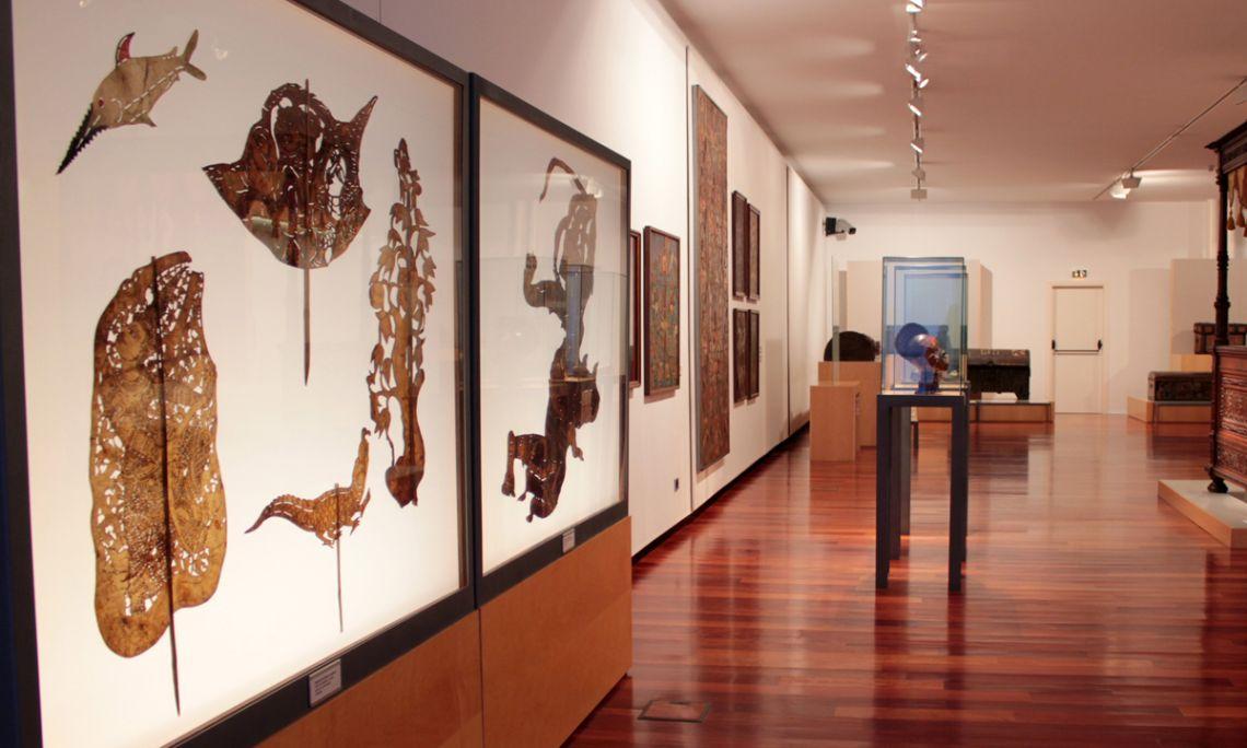 Una de les sales on es mostra l'art del món: teatre d'ombres, caps ékoi, etc.