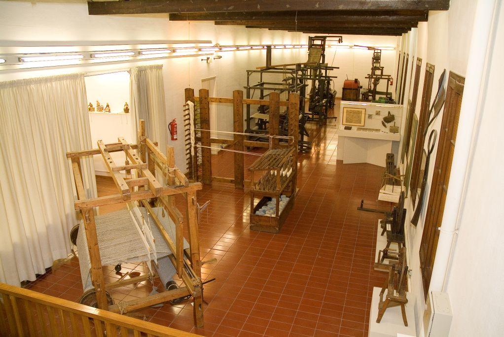 Vista general de la sala «Màquines tèxtils dels segles XIX i XX»