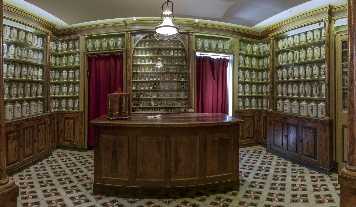 Ancienne pharmacie Balvey, mobilier d'origine de 1780 et pots datant de 1827