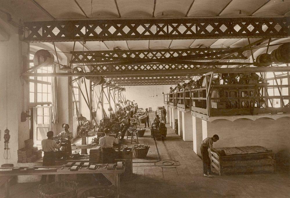 Premsant en els plats i fent paper, dècada de 1920. Arxiu d'Imatges del Museu del Suro de Palafrugell.