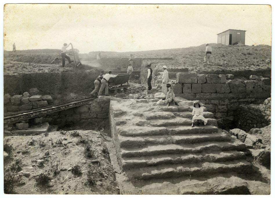 Primeres excavacions a Empúries, al sector dels temples de la ciutat grega a principis del segle XX