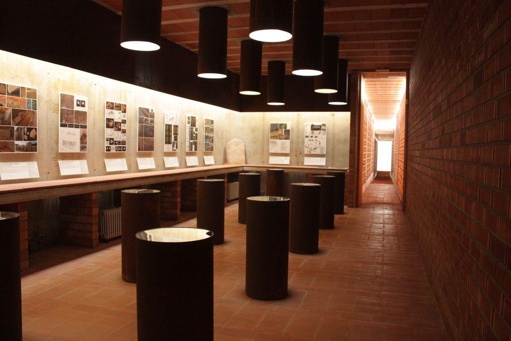 Bona part dels objectes que es trobaven a l'interior de la cista es conserven a la sala d'exposició.