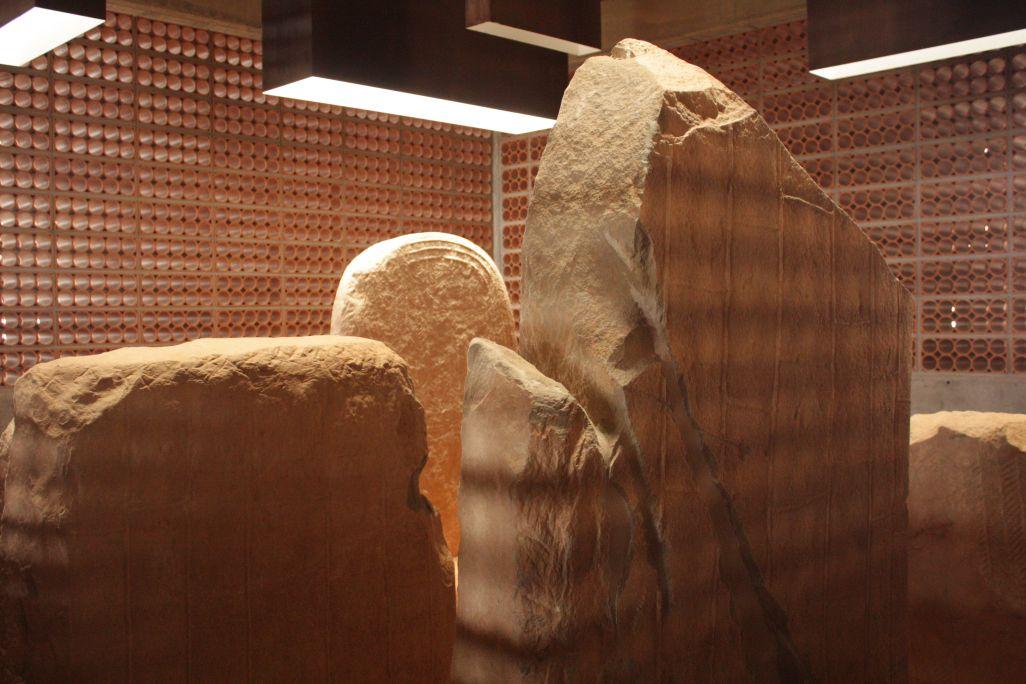 La proximidad de las estelas permite apreciar todos los detalles de su decoración.