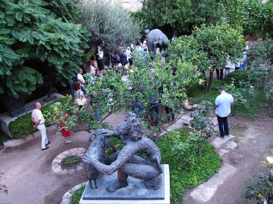 El interior del museo sorprende, con un jardín mediterráneo lleno de esculturas en bronce.