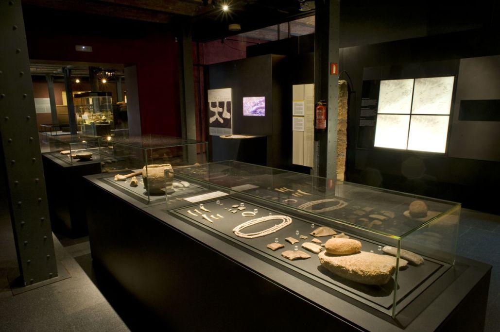 Vitrina amb objectes d'ús quotidià al neolític antic, 5500-4000 aC. © de la fotografia: Museu d'Història de Catalunya (Pep Parer)