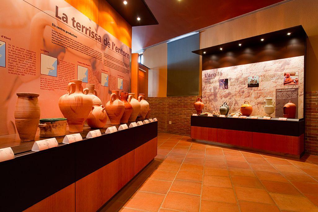 Plafó amb diferents tipus d'argila i plafó amb centres terrissers propers a la Galera: Miravet, Tivenys, Traiguera, Benissanet, etc.