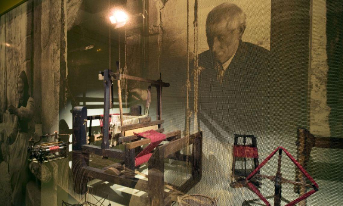 Les vitrines mostren, amb un canvi de llum, una foto d'època a fora i, a dins, les eines