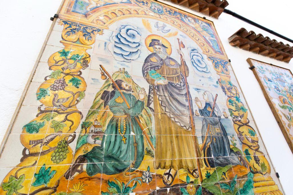 Al pati del museu es pot admirar un gran plafó ceràmic amb la imatge de Sant Jaume