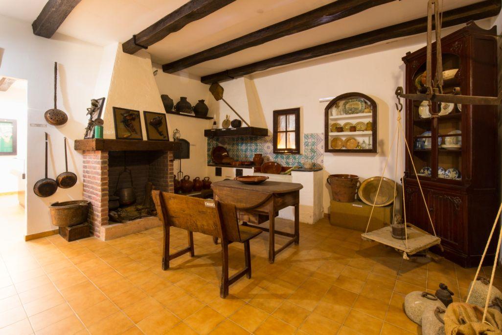 Reconstrucción de una cocina de finales del siglo xix y principios del xx, con varios utensilios de uso doméstico