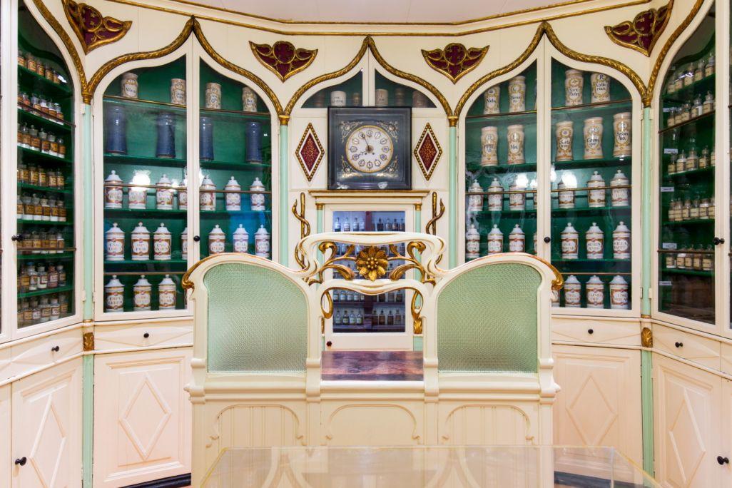 A l'espai Barri s'exhibeixen una gran quantitat d'estris farmacèutics dels segles XVIII al XX