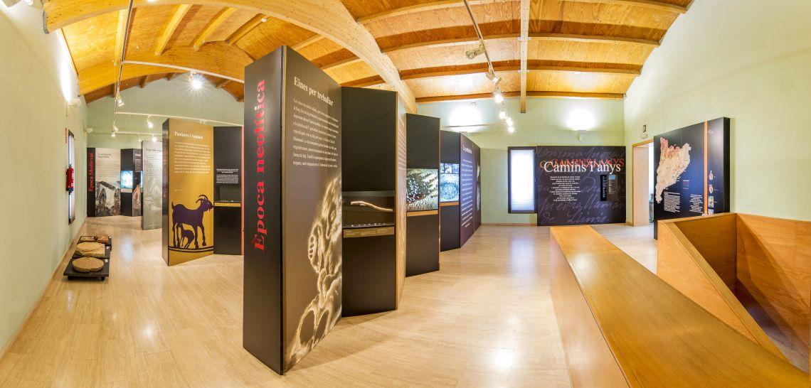 Exposició «Montmeló, camins i anys». A primer terme, l'entrada a l'exposició i l'àmbit dedicat a l'època neolítica