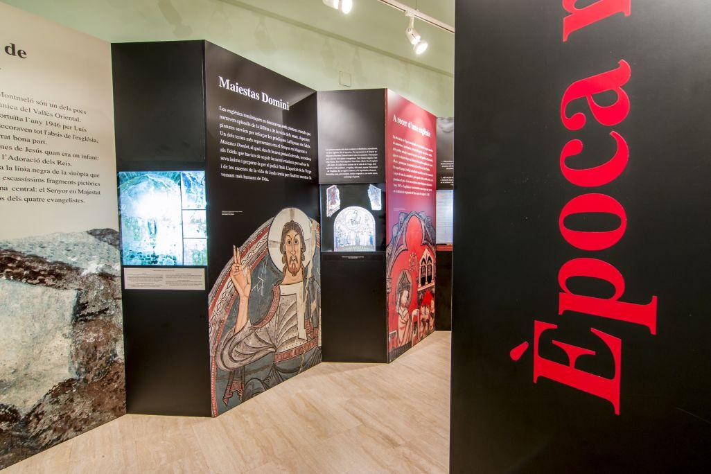 Exposition «Montmeló, camins i anys» («Montmeló, chemins et années») À gauche, les vitrines qui forment l'espace consacré à l'époque médiévale