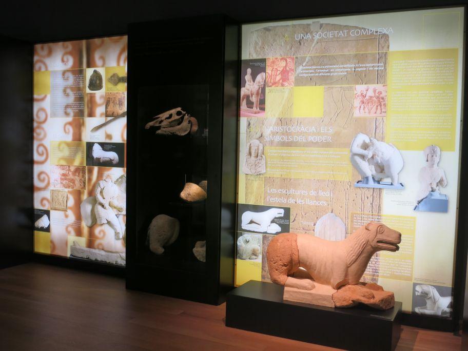 Plafons, vitrines i estàtua que reflecteixen la vida dels aristòcrates ibèrics